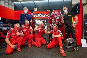 Des membres de l'équipe Ducati remercient Danilo Petrucci, Ducati Team