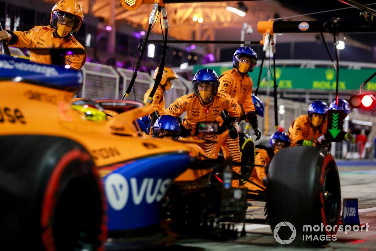 Carlos Sainz Jr., McLaren MCL35, pitstop