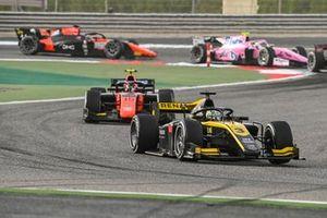 Guanyu Zhou, UNI-Virtuosi leads Felipe Drugovich, MP Motorsport