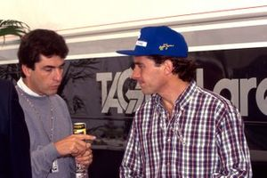Le vainqueur Ayrton Senna, McLaren, en discussion avec son manager Julian Jakobi
