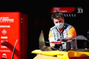 Un mécanicien au travail dans le garage Audi Sport ABT Schaeffler
