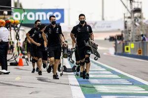 Mercedes mechanics in the it lane
