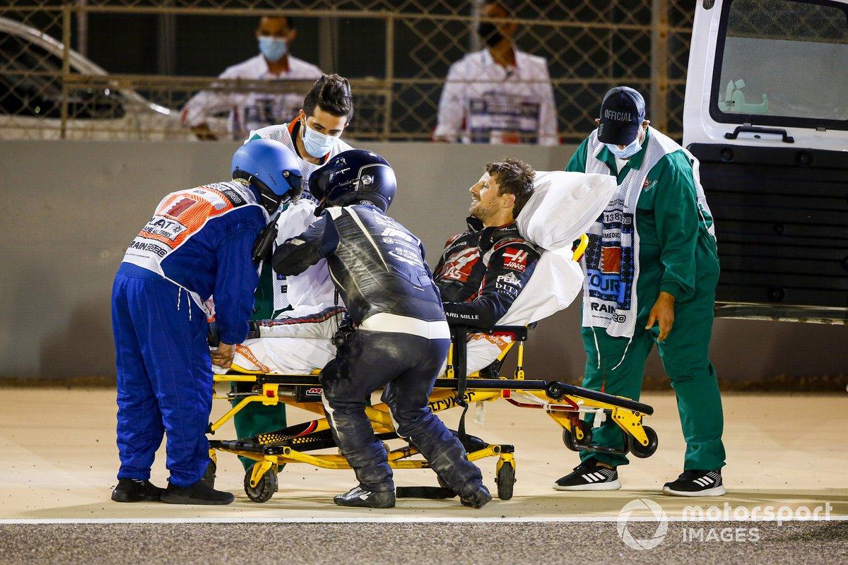 Delegados médicos asisten a Romain Grosjean, Haas F1, después del accidente en la primera vuelta