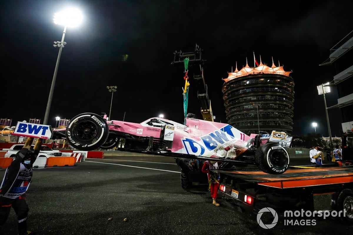 El coche de Sergio Perez, Racing Point RP20, en una grúa