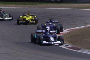 Nick Heidfeld, Sauber C20, devance son coéquipier Kimi Raikkonen et Heinz-Harald Frentzen, Jordan Honda EJ11