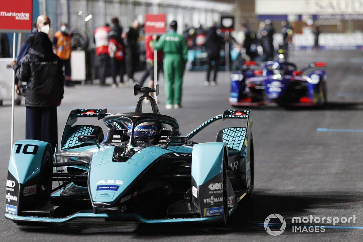 Sam Bird, Jaguar Racing, Jaguar I-Type 5, sulla griglia di partenza