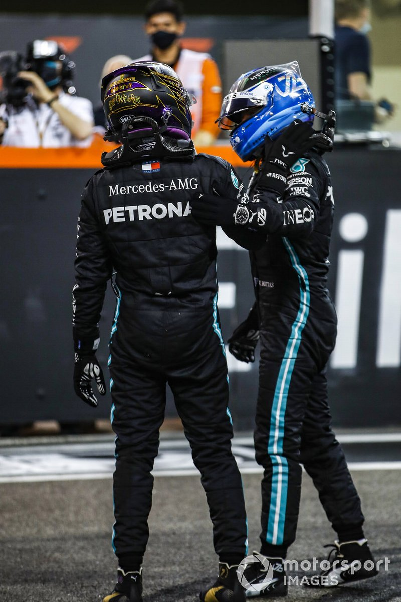 Lewis Hamilton, Mercedes-AMG F1, 3ª posición, y Valtteri Bottas, Mercedes-AMG F1, 2ª posición, en la parrilla después de la carrera