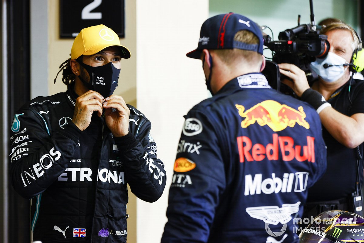 Lewis Hamilton, Mercedes-AMG F1, 3ª posición, y Max Verstappen, Red Bull Racing, 1ª posición, en Parc Ferme