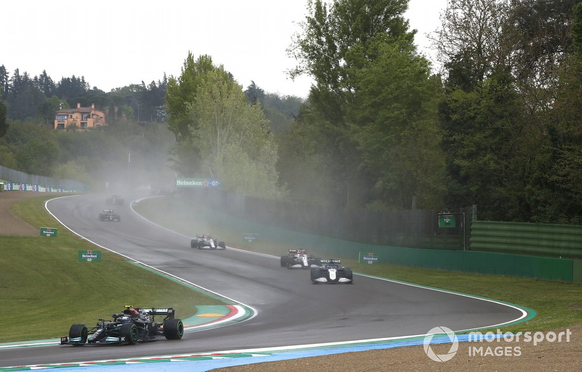 Valtteri Bottas, Mercedes W12, George Russell, Williams FW43B, e Kimi Raikkonen, Alfa Romeo Racing C41