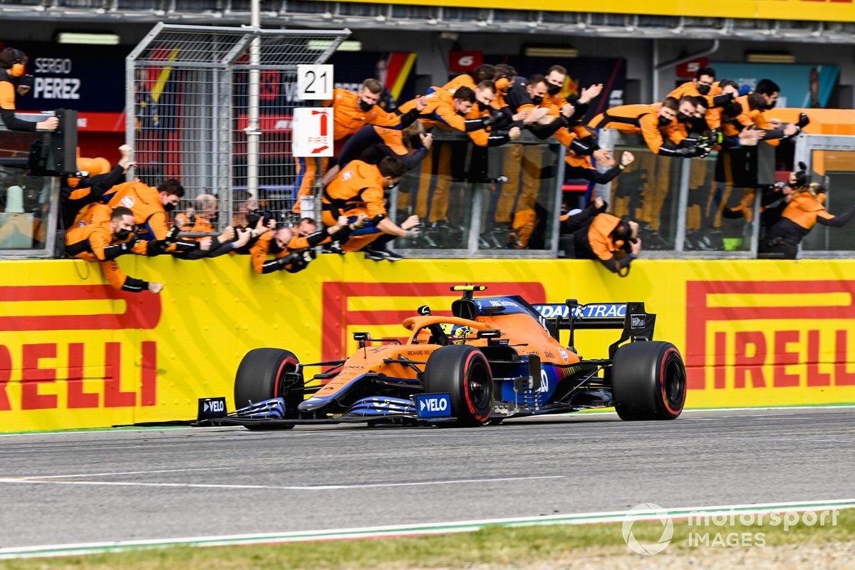 Tercer lugar Lando Norris, McLaren MCL35M cruza la meta