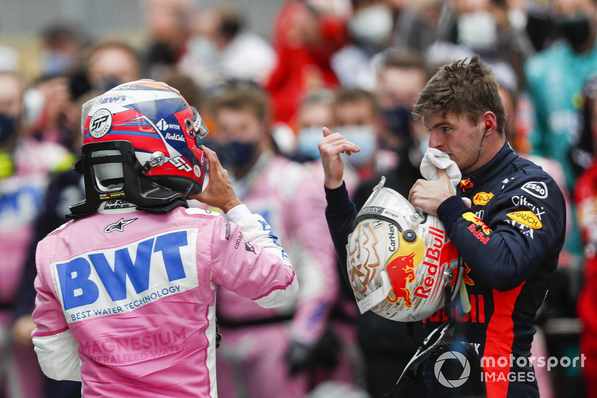 Max Verstappen, Red Bull Racing, y el segundo lugar Sergio Pérez, Racing Point, en Parc Ferme Parc Ferme