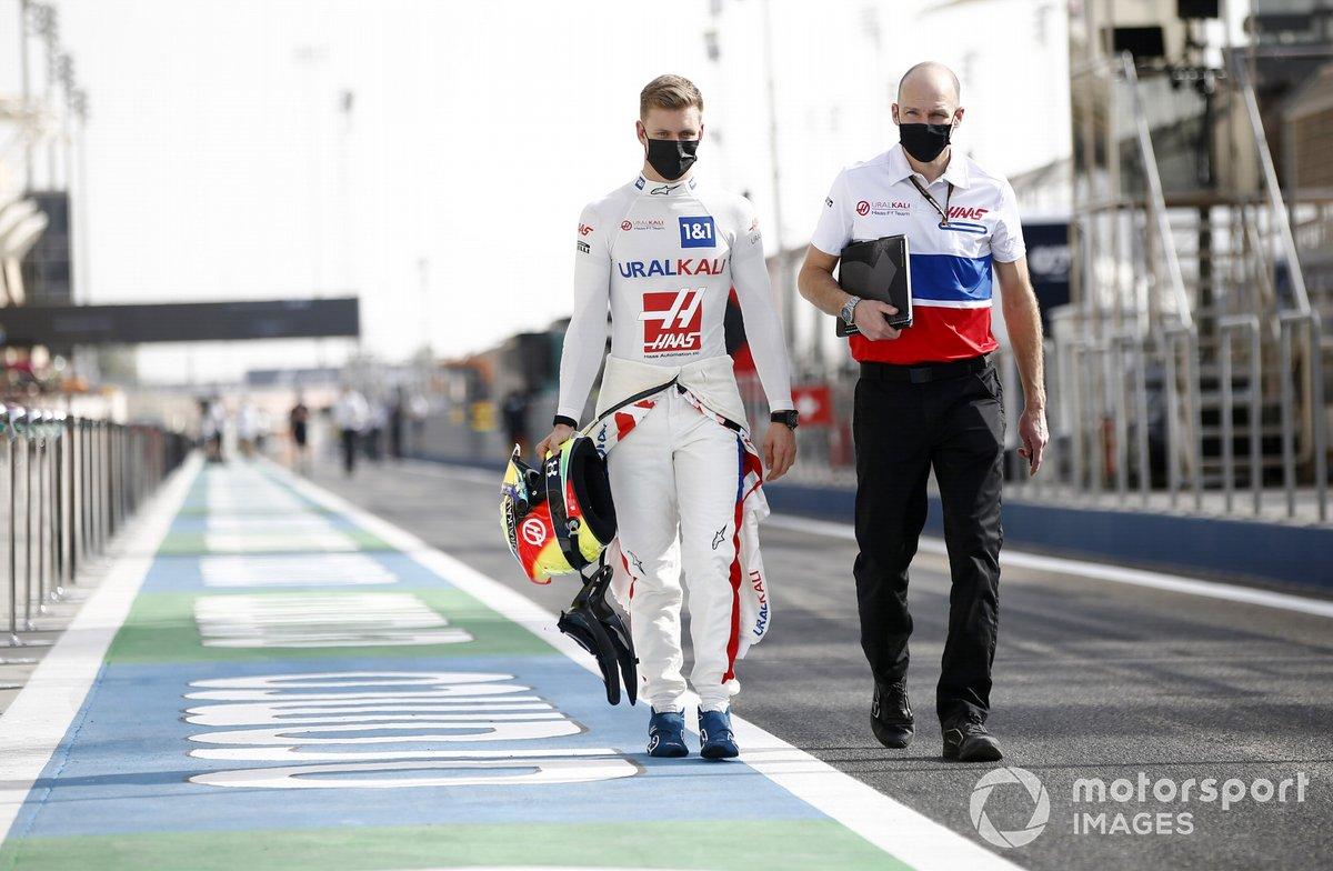 Mick Schumacher, Haas VF-21 pit lane