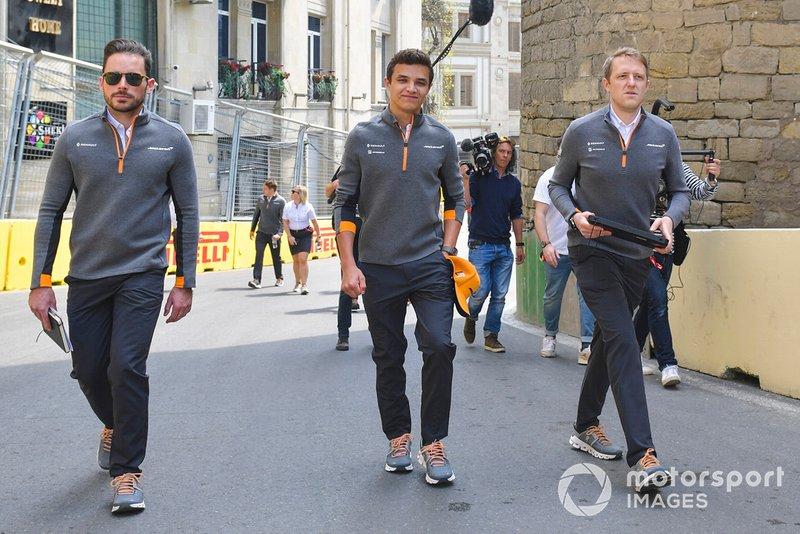 Lando Norris, McLaren cammina in pista con i suoi ingegneri