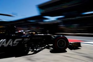 Romain Grosjean, Haas F1 Team VF-19, quittant son garage