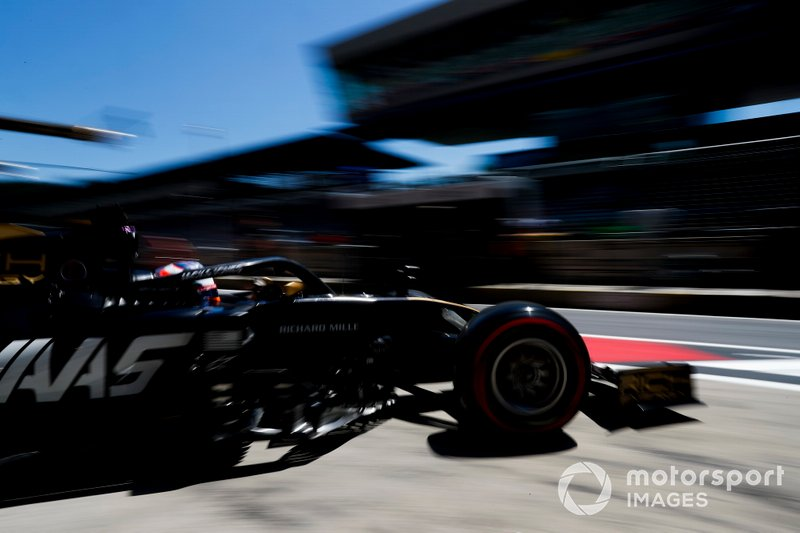 Romain Grosjean, Haas F1 Team VF-19, lascia il garage