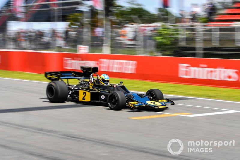 Bruno Senna muestra un Lotus 72 Ford