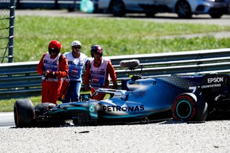 Marshals coming to the crash of Valtteri Bottas, Mercedes AMG W10
