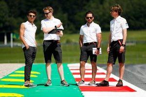 Lando Norris, McLaren fait un trackwalk avec son équipe sur des trottinettes