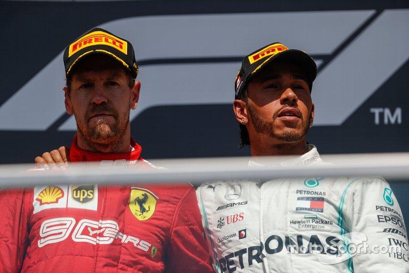 Lewis Hamilton, Mercedes AMG F1 pone su brazo alrededor de Sebastian Vettel, Ferrari en el podio