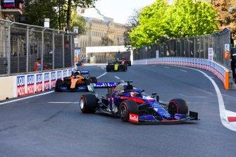 Daniil Kvyat, Toro Rosso STR14, devant Carlos Sainz Jr., McLaren MCL34, et Daniel Ricciardo, Renault R.S.19
