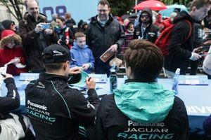 Mitch Evans, Panasonic Jaguar Racing, Alex Lynn, Panasonic Jaguar Racing, signs autographs