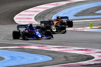 Alexander Albon, Toro Rosso STR14, precede Romain Grosjean, Haas F1 Team VF-19, e Carlos Sainz Jr., McLaren MCL34
