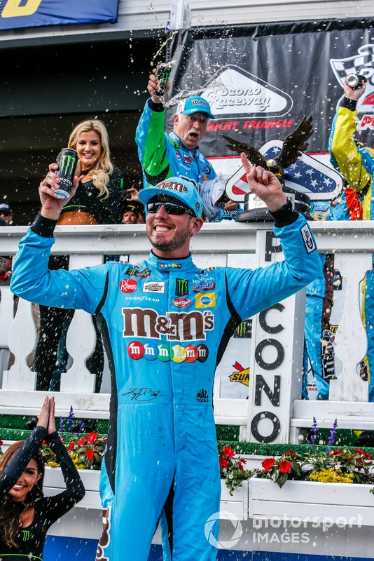 Kyle Busch, Joe Gibbs Racing, Toyota Camry M&M's Hazelnut in victory lane