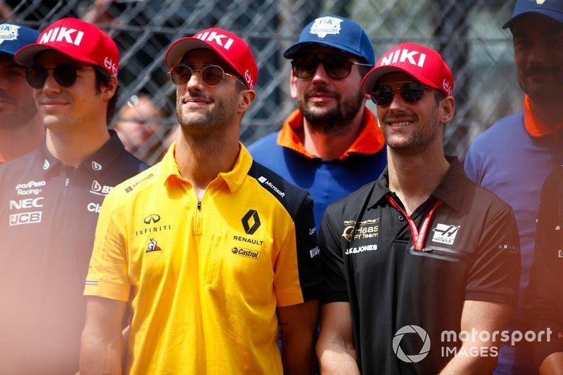 Para pembalap memakai topi tribut Niki Lauda