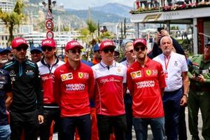 The drivers stand in tribute to the late Niki Lauda