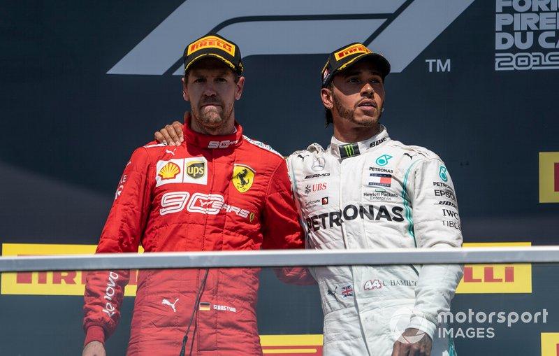 Sebastian Vettel, Ferrari, seconda posizione, e Lewis Hamilton, Mercedes AMG F1, prima posizione, sul podio