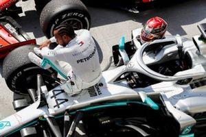 El ganador de la carrera Lewis Hamilton, Mercedes AMG F1 sentado en su coche en parc ferme
