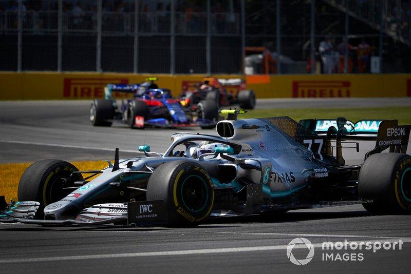 Valtteri Bottas, Mercedes AMG W10, por delante de Alexander Albon, Toro Rosso STR14