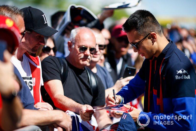 Alexander Albon, Toro Rosso signe un autographe pour un fan