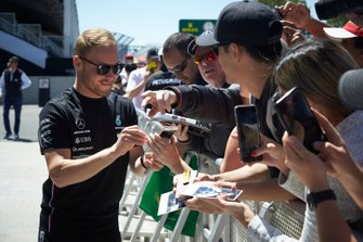 Valtteri Bottas, Mercedes AMG F1 signs a autograph for a fan