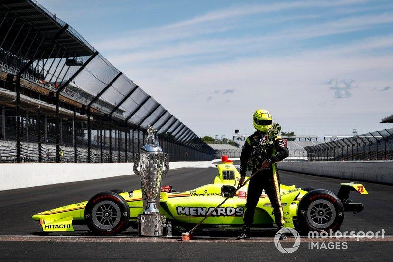 Simon Pagenaud, Team Penske Chevrolet fête sa victoire dans les deux courses d'Indianapolis
