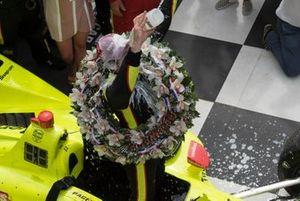 Simon Pagenaud, Team Penske Chevrolet, s'asperge de lait sur la Victory Lane