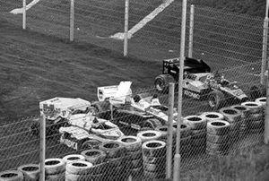 La Arrows A7 di Marc Surer, la Toleman TG184 di Ayrton Senna, e la ATS D7 di Gerhard Berger parcheggiate davanti a una barriera di gomme alla fine del rettilineo principale, dopo un incidente nel giro di apertura della gara