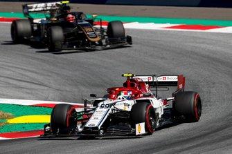 Antonio Giovinazzi, Alfa Romeo Racing C38, voor Kevin Magnussen, Haas F1 Team VF-19