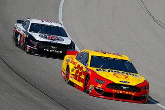 Joey Logano, Team Penske, Ford Mustang Shell Pennzoil and Kevin Harvick, Stewart-Haas Racing, Ford Mustang Jimmy John's