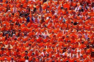 Une énorme foule néerlandaise de soutien à Max Verstappen, Red Bull Racing