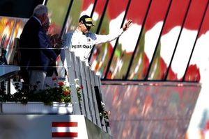 Le troisième Valtteri Bottas, Mercedes AMG F1, arrivant au podium