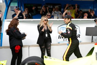 Simon Pagenaud, Team Penske Chevrolet celebra la victoria del premio NTT P1 y la pole
