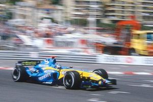 Jarno Trulli, Renault R24 races through Tabac