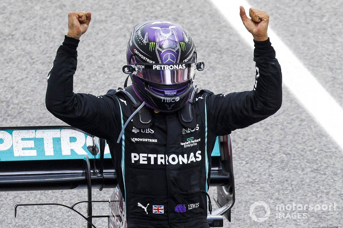 Lewis Hamilton, Mercedes, 1° posto, festeggia al suo arrivo nel parco chiuso