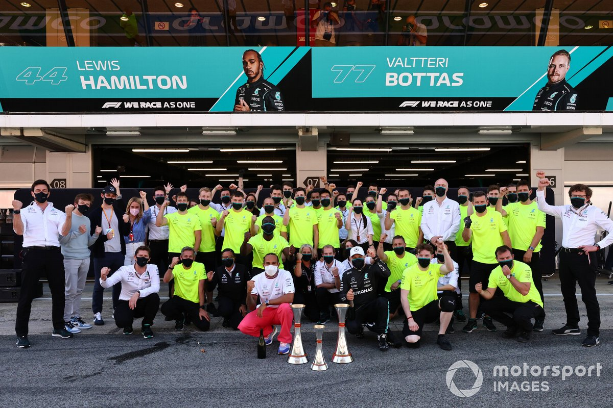 Lewis Hamilton, Mercedes, primera posición, Valtteri Bottas, Mercedes, tercera posición, y el equipo de Mercedes celebra la victoria