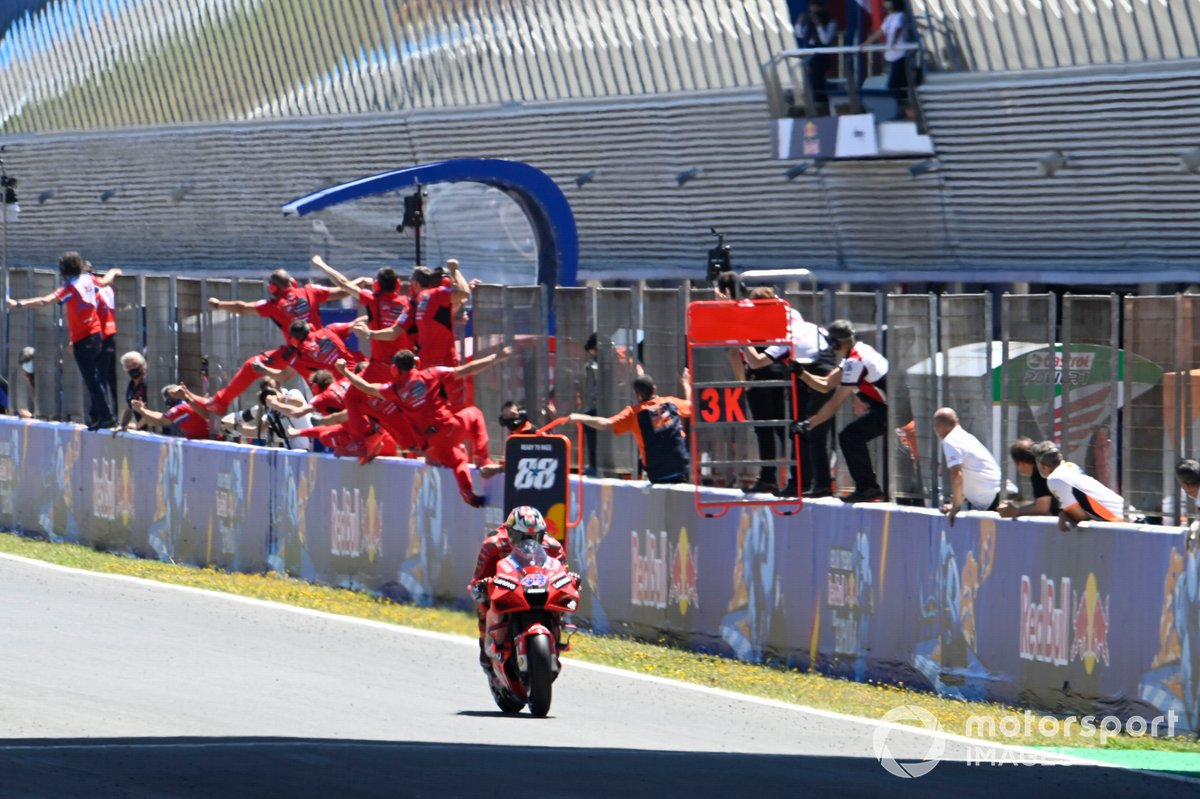 Ganador Jack Miller, Ducati Team cruza la meta