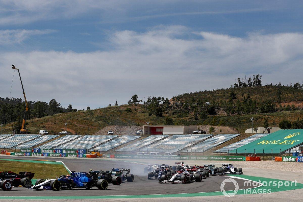 Pierre Gasly, AlphaTauri AT02, George Russell, Williams FW43B, Sebastian Vettel, Aston Martin AMR21, y el resto del pelotón en la primera vuelta