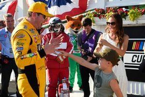 1. Kyle Busch, Joe Gibbs Racing, mit Ehefrau Samantha und Sohn Brexton