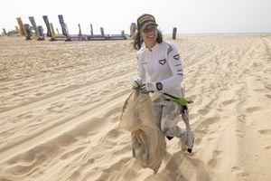 Jamie Chadwick, Veloce Racing helps cleaning the beach