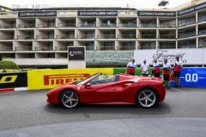 Ferrari проезжает мимо Никиты Мазепина, Haas F1, во время прогулки по трассе с сотрудниками команды